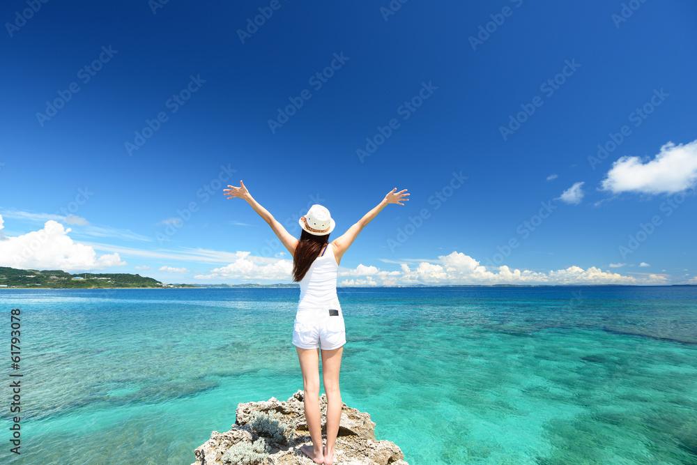 Fototapeta 南国沖縄の美しいビーチと女性