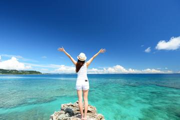 南国沖縄の美しいビーチと女性