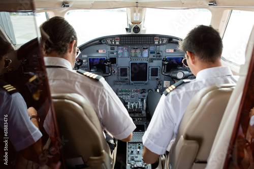 Valokuvatapetti Pilot And Copilot In Cockpit