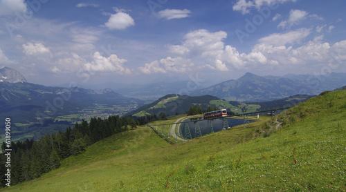 Fotobehang Spoorlijn Ellmau - Hartkaiser mit Blick zum Kitzbüheler Horn