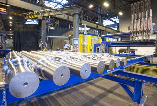 Staande foto Industrial geb. Stahlwellen in Fabrik // engineering fabrication