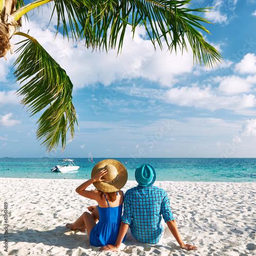 Fotografia  Dobiera się w błękitów ubraniach na plaży przy Maldives
