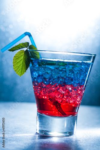 warstwowy-koktajl-z-niebieskim-i-czerwonym