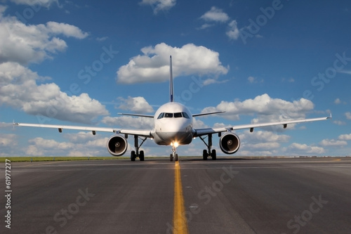 Photo sur Plexiglas Avion à Moteur View from eye to eye on the plane on taxiway