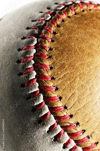 brudny-baseball-bialy-i-brazowy-na-szarym-tle