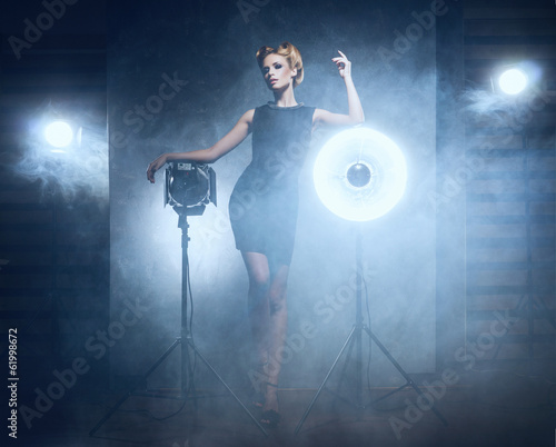 Photo  A woman in a fashion dress on a glamour background