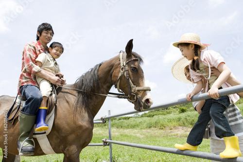 family experiencing  horse riding Fotobehang