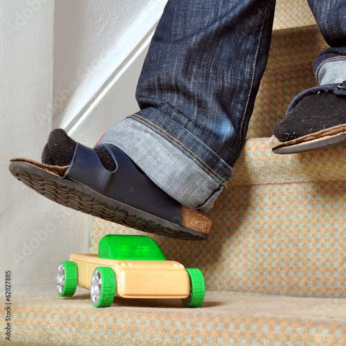 Valokuva  Stolperfalle Spielzeug-Auto auf Treppe