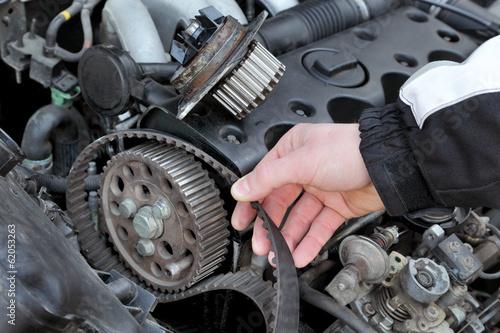Fotografía  Service, car mechanic replace timing belt at camshaft of engine