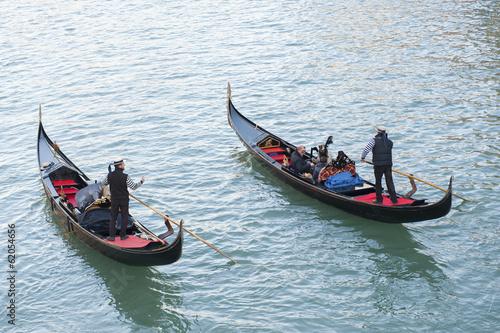 Türaufkleber Gondeln Two gondoliers in Venice