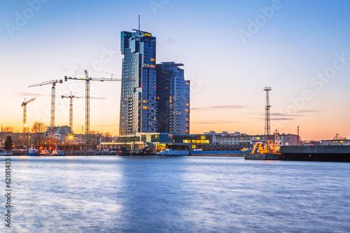 Obraz Wieżowiec Sea Towers w Gdyni o zachodzie słońca - fototapety do salonu