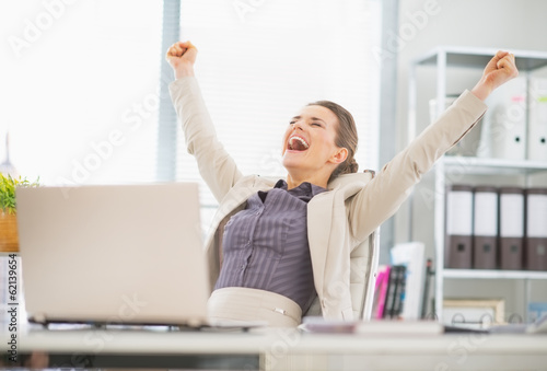 Láminas  Portrait of happy business woman in office rejoicing success