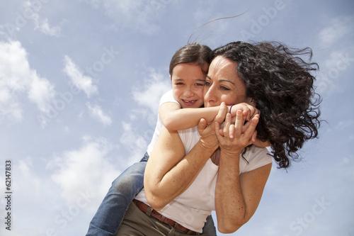 Fotografía  Madre besando el brazo de su hija