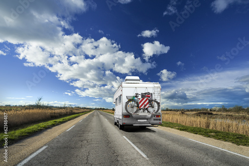 Camping-Car sur la Route avec Ciel Bleu Fototapete
