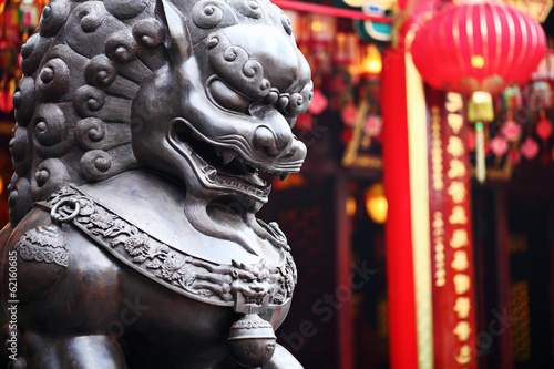 Fototapeta Lion statue in front of chinese temple obraz