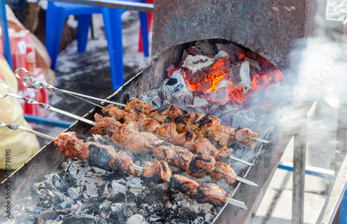 In de dag Grill / Barbecue Preparation of meat slices in sauce on fire