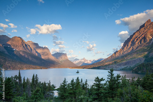 Valokuva  St. Mary Lake and wild goose island in Glacier national park in