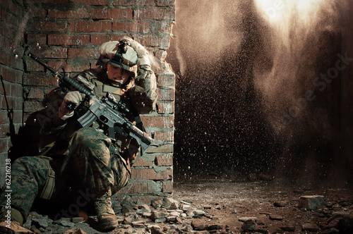 Fotografía  U.S. marine hiding from explosion