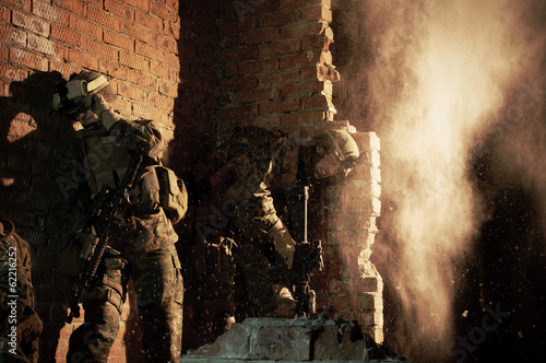 Foto  U.S. Marines hiding from explosion