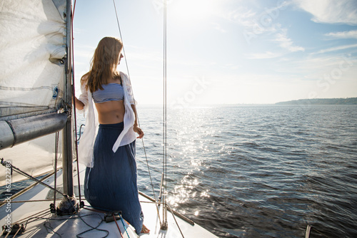 Stickers pour portes Voile woman staying on sailboat