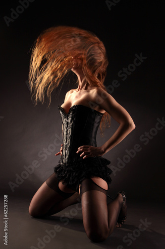 Frau schüttelt Haar