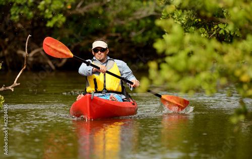 Photo  Man paddling in a kayak in Florida
