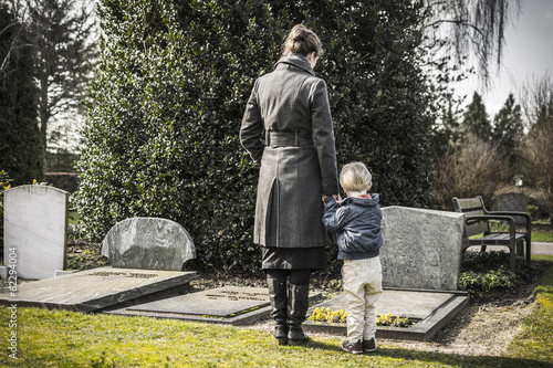 Fotografia mother and child at graveyard