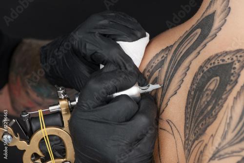 Photo beautiful young lady receiving tattoo.