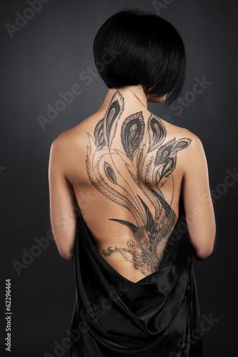 Plakat piękna młoda dama z powrotem tatuaż.
