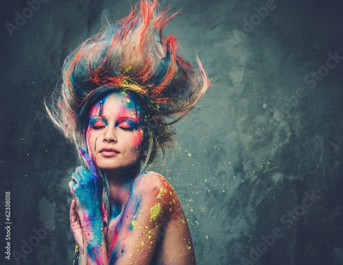 Fotografia  Young woman muse with creative body art and hairdo