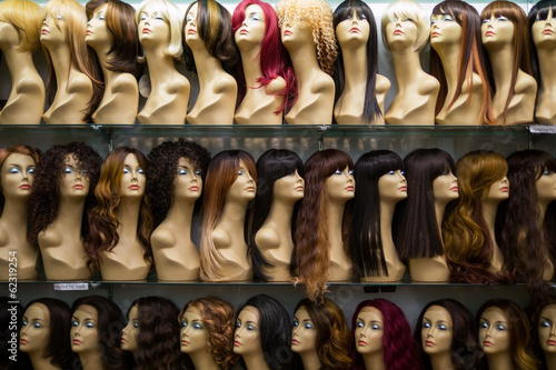 rows of mannequins ina wig shop Fototapete