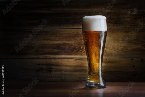 Tela  beer glass on a wooden background