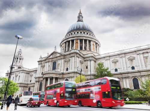 Türaufkleber London roten bus St Paul's Cathedral in London, the UK. Red buses, cloudy sky