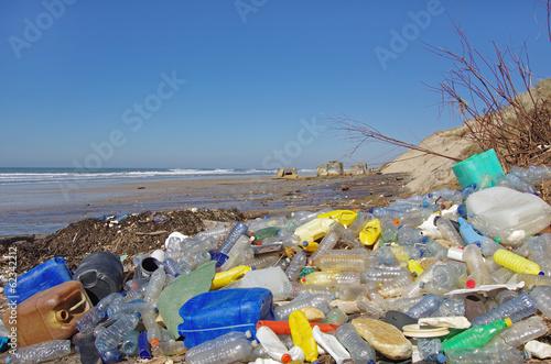 Fotografía  Plage polluée de déchets Plastiques flottants