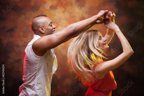 Foto-Schmutzfangmatte - Young couple dances Caribbean Salsa (von Igor Borodin)