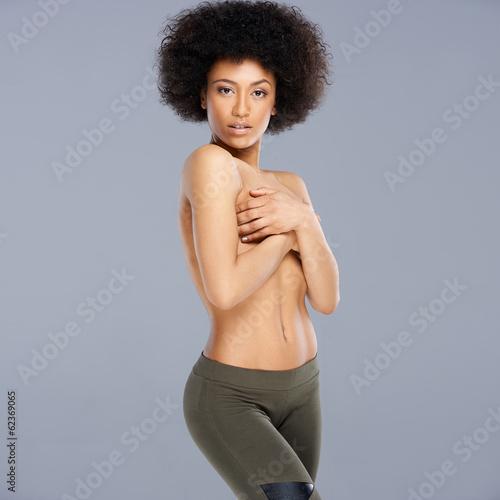 Afroamerykańska topless prowokująca kobieta