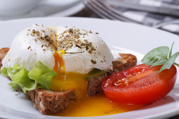 Obraz na Szkle Do baru sandwich with salad, open poached egg on a white plate