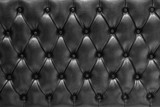Fototapeta Sypialnia - Fondo de textura de cuero acolchado en negro tipo chesterfield