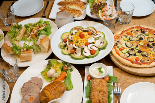 Table with various food served © Ramzi