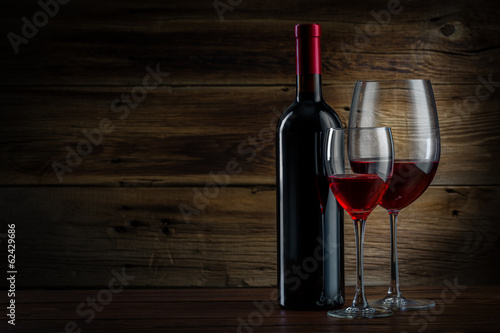 Papiers peints Vin glass and bottle of wine on a wooden background