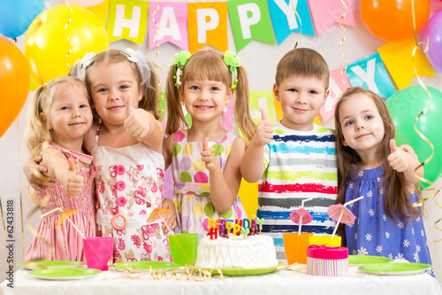 Photo  kids preschoolers celebrating birthday party
