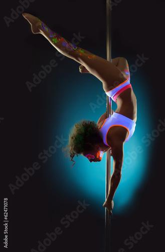 Foto op Plexiglas womenART Flexible contemporary dancer exercising on pole