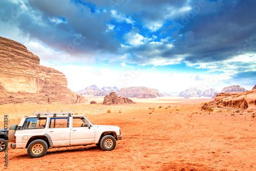 sceniczna-jordanska-pustynia-w-wadi-rum-jordania