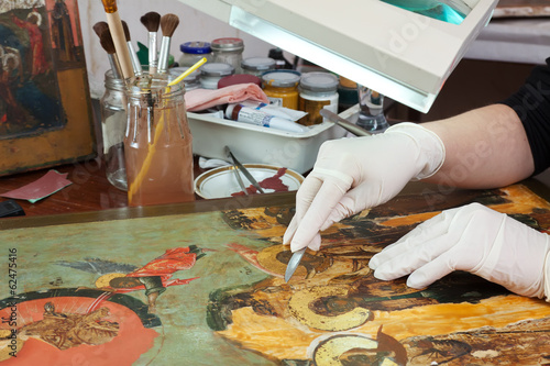 Fotografia restoration of old icons in workshop