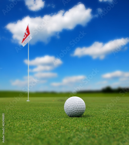 Tuinposter Golf Golf ball in front of flag