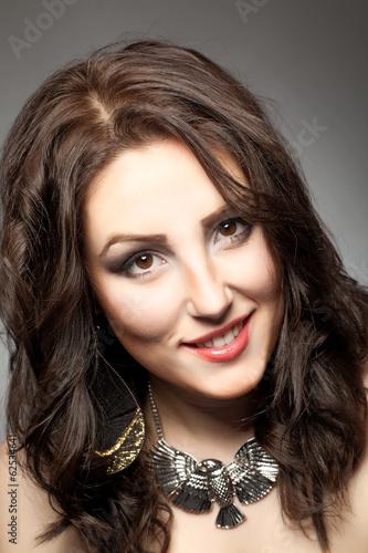 Fotografia  Junge Frau mit braunen Haaren