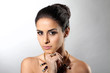 canvas print picture - Frau mit schwarzen Haaren trägt Schmuck