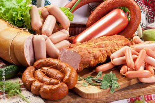 obraz lub plakat Różnorodność produktów wędliniarskich.