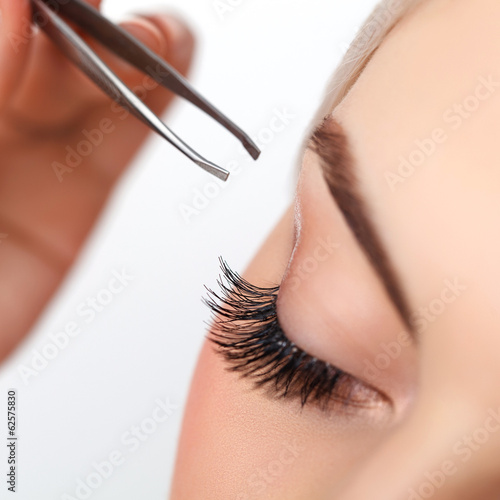Leinwand Poster  Frau Auge mit langen Wimpern. Wimpernverlängerung. Augenbraue