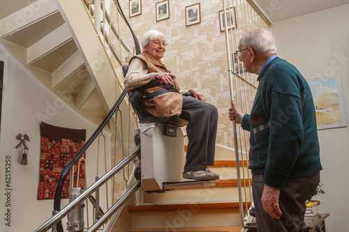 Photo elderly couple at the stairlift